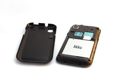 Smartphone mit aufgeklapptem Deckel